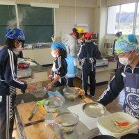 家族が喜ぶ食事づくり。  6年生が家庭科で調理実習を行いました。