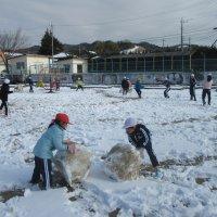 全校生で雪遊び! 久しぶりの大雪をみんなで楽しみました。