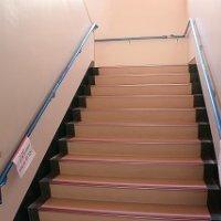 階段に手すりが付きました